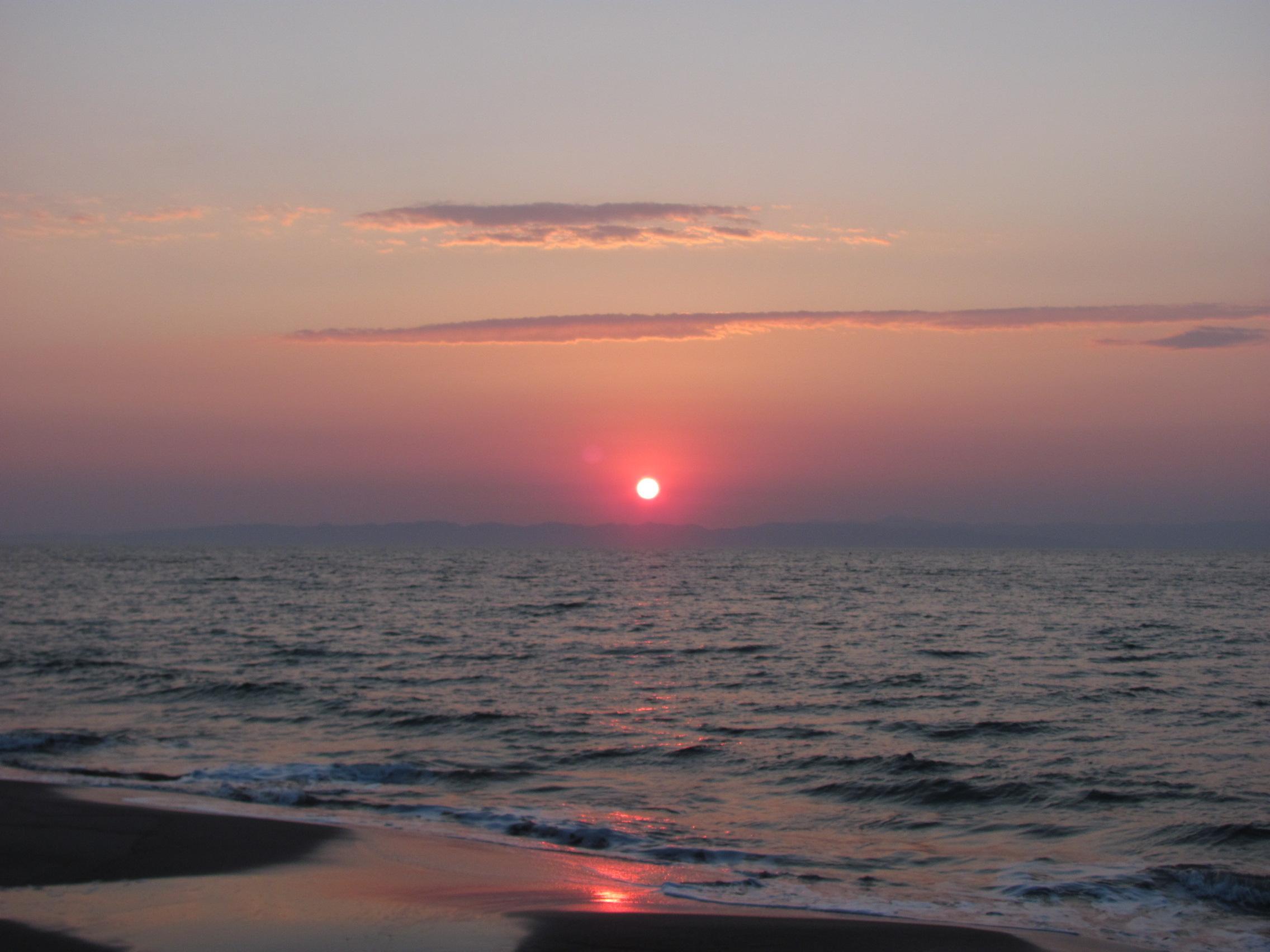 佐渡島に沈む夕日の無料写真(オーフリー写真素材)